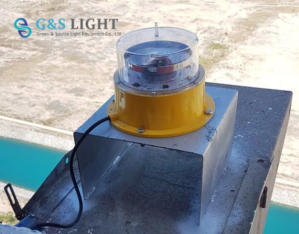 砖烟囱安装航标灯_中光强航空障碍灯-烟囱安装现场-深圳绿源